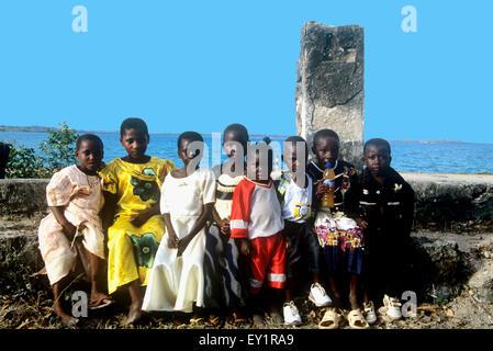 Les enfants africains vêtus de nouveaux habits pour la fête musulmane de l'Aïd el-Fitr Banque D'Images