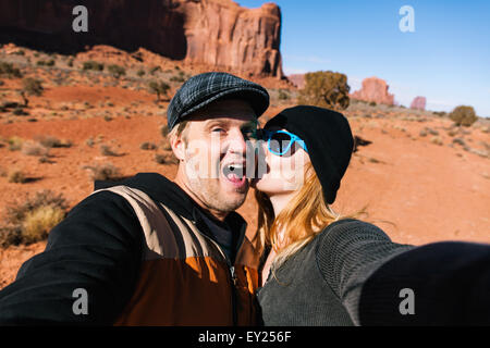Couple photographing themselves à Monument Valley, Utah, USA Banque D'Images