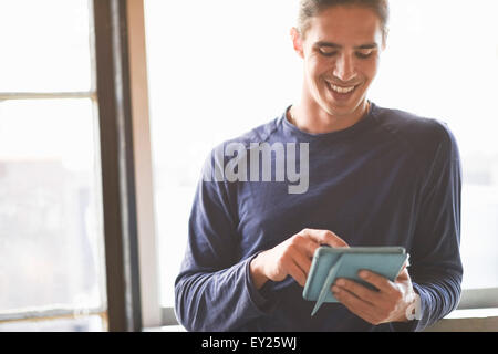 Young man using digital tablet Banque D'Images