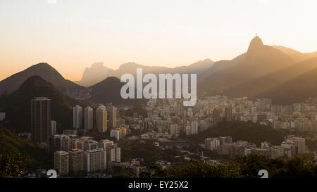 Vue éloignée sur le Christ Rédempteur à l'aube, Rio de Janeiro, Brésil Banque D'Images