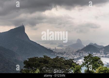 Vue éloignée sur les montagnes Sugarloaf et Corcorvado, Rio de Janeiro, Brésil Banque D'Images