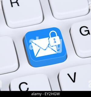 Concept de l'ordinateur l'envoi d'E-mail crypté sécurisé protection mail via internet sur le clavier de l'ordinateur Banque D'Images