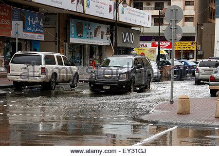 Riyadh, Arabie saoudite. Apr 27, 2013. Une voiture conduit avec prudence par les haut-up de l'eau de pluie dans Banque D'Images