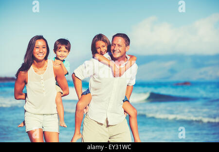 Young Happy Family having fun sur la plage en plein air Banque D'Images