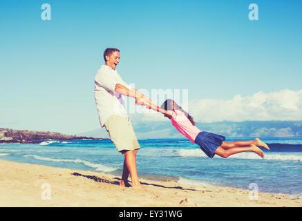 Heureux père et fille jouer ensemble à la plage. Vacances été amusant de vie. Banque D'Images