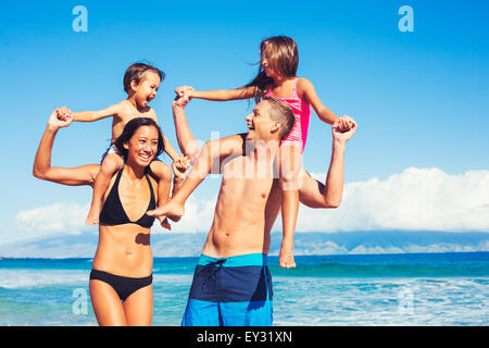 Young Happy Family having fun à la plage en plein air Banque D'Images