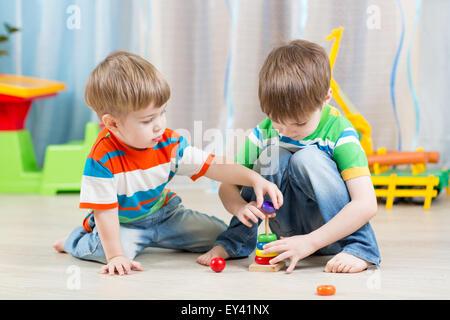 Peu d'enfants jouant avec des jouets Banque D'Images