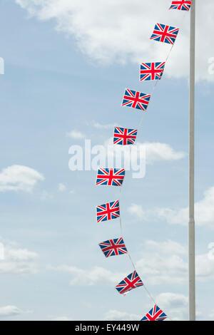 Union Jack flag bunting sur un mât contre un ciel bleu Banque D'Images