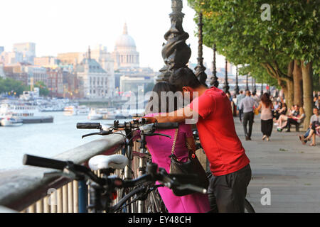 Couple romantique sur la rive sud par une chaude soirée d'été, avec la Cathédrale St Paul derrière, à Londres, Angleterre, Banque D'Images