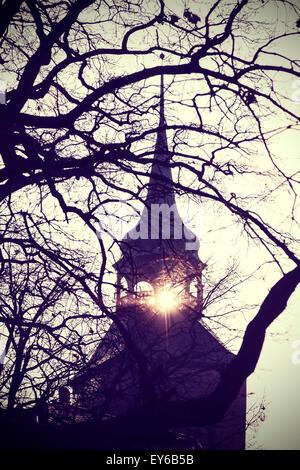 Vintage photo filtrée instagram de mystérieux ou effrayant clocher de l'église d'ossature au coucher du soleil.