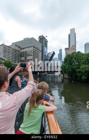 Les touristes sur une fondation de l'Architecture de Chicago River croisière sur la rivière Chicago photographier Banque D'Images
