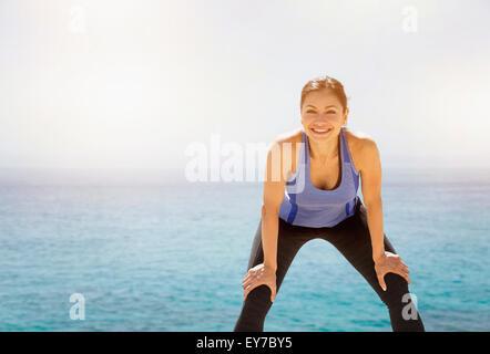 Young woman exercising par mer Banque D'Images
