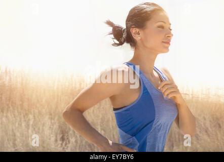 Jeune femme tournant à l'extérieur Banque D'Images
