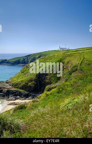 Lizard Point Lighthouse et plage Housel Bay, Cornwall, England, UK en été Banque D'Images