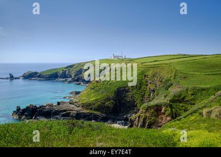 Phare de cap Lizard, Housel Bay West Cornwall, UK - des randonneurs sur le South West Coast Path Banque D'Images