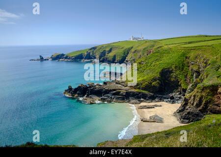 La côte de Cornwall vue paysage de Lizard Point Lighthouse, pointe et Housel Bay Cove Beach, péninsule du Lézard, Banque D'Images