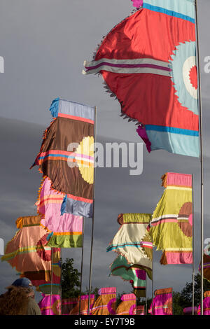Le soleil se couche sur la soirée d'ouverture du festival qui commence traditionnellement avec une danse locale Banque D'Images