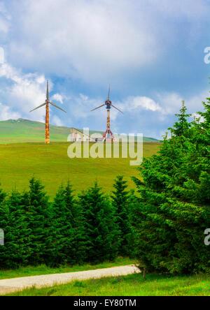 La première turbine éolienne en Roumanie, a été construit dans les monts Semenic, 80, Roumanie. Banque D'Images