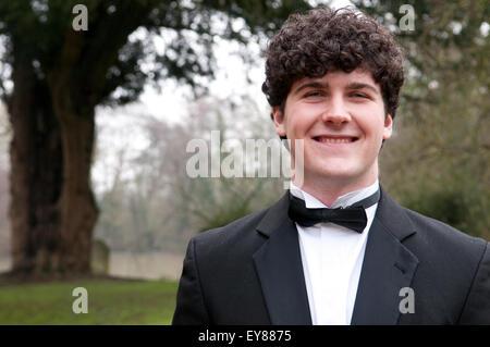 Portrait de jeune homme smartly dressed