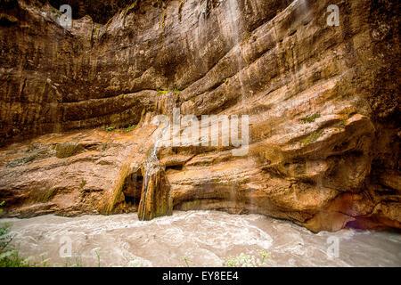 Beau paysage de cascades en Chegem et canyon de la rivière de montagne. Chegem district de Kabardino-Balkarie, Fédération Banque D'Images