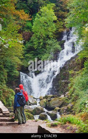 Les visiteurs qui prennent des photographies de Torc Waterfall dans le Parc National de Killarney, comté de Kerry, Banque D'Images