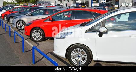 Ford concessionnaire d'avant-cour de la affichage voitures utilisées à vendre nom du concessionnaire enlevé Essex Banque D'Images