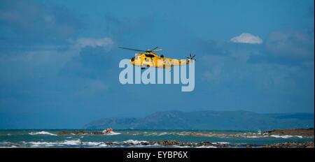 Un Sea King RAF jaune emeregency hélicoptère de sauvetage air-mer et de sauvetage au large des côtes de la pêche Banque D'Images