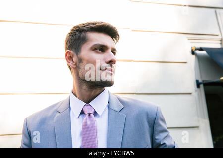 Portrait of a handsome businessman standing en plein air et à l'écart Banque D'Images