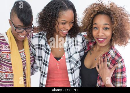 Studio portrait of three smiling young women friends Banque D'Images