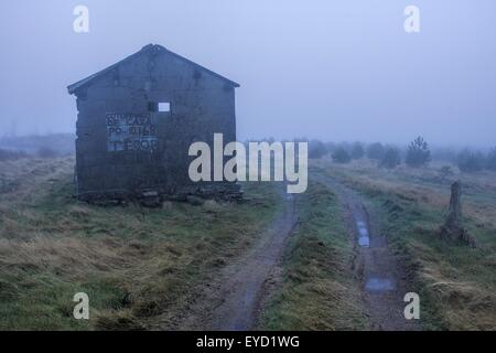Une cabane de berger dans les hautes montagnes brumeuses de la Galice, Espagne. Banque D'Images