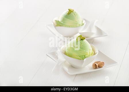 Crème glacée à la pistache fraîche dans la cuvette close up. Banque D'Images