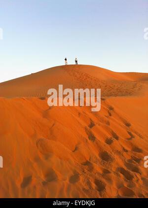 Emirats arabes unis, Abu Dahbi, quart vide, Liwa Desert dune, deux personnes en haut de dune de sable Banque D'Images