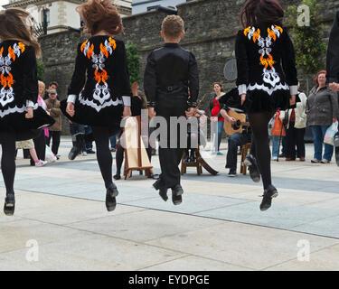 Royaume-uni, Irlande du Nord, le comté de Londonderry, danseurs et musiciens irlandais jouant au Guildhall Square; Banque D'Images
