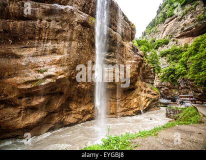 Magnifique paysage de bas niveaux de cascades en Chegem canyon. Chegem district de Kabardino-Balkarie, Fédération Banque D'Images