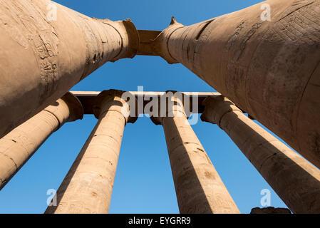 Colonnes dans le coucher de soleil au temple de Louxor, Egypte Banque D'Images