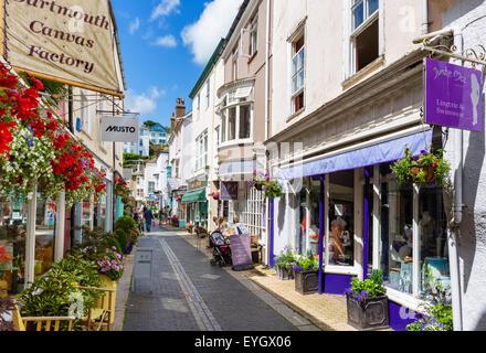 Boutiques sur Foss Street dans le centre-ville, à Dartmouth, South Hams, Devon, England, UK Banque D'Images