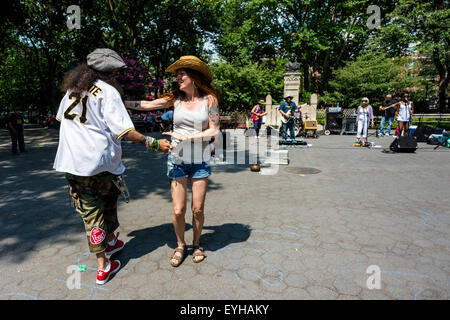 New York, NY - 26 juillet 2015 - l'homme et la femme la danse pour un groupe de rock à Washington Square Park ©Stacy Walsh Rosenstock/Alamy