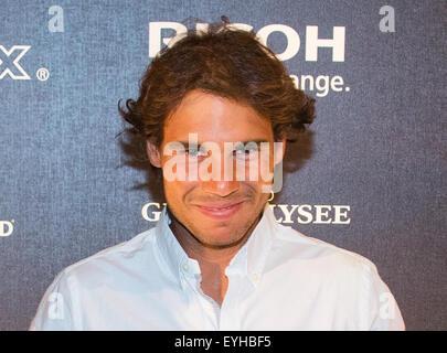Hambourg, Allemagne. 29 juillet, 2015. Joueur de tennis espagnol Rafael Nadal pose des joueurs pendant la nuit au Banque D'Images