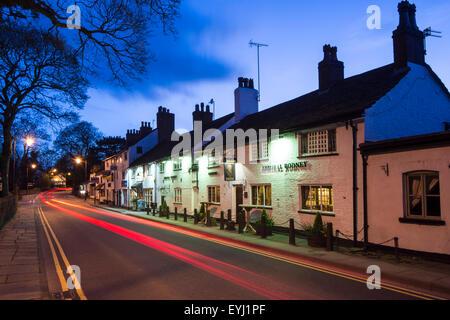 L'amiral Rodney en Prestbury Village, la nuit, près de Prestbury, Macclesfield, Cheshire.