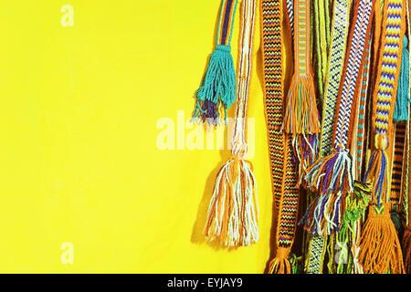 Glands multicolores d une ceinture hippie sur fond jaune. Banque D Images 8f5e676918f