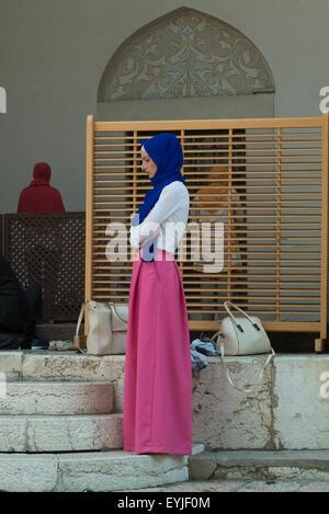 Jeune fille dans la cour d'une mosquée à Sarajevo