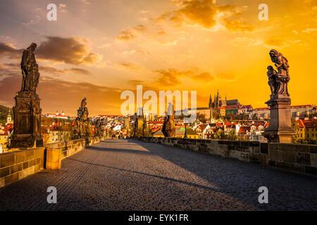 Avec des statues du Pont Charles et du château de Prague sur le lever du soleil. Prague, République Tchèque Banque D'Images