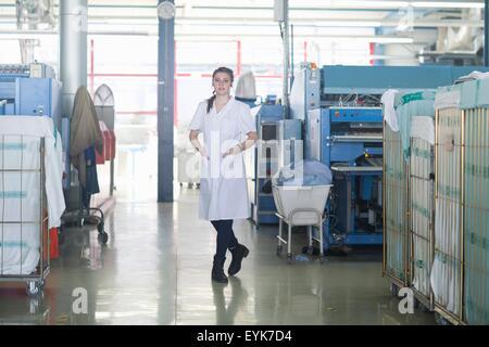 Femme travaillant dans une laverie Banque D'Images