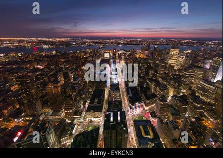 Vers le bas à la 33e et 34e rues avec Broadway, à la Hudson River et le New Jersey, en plein centre de New York. Banque D'Images