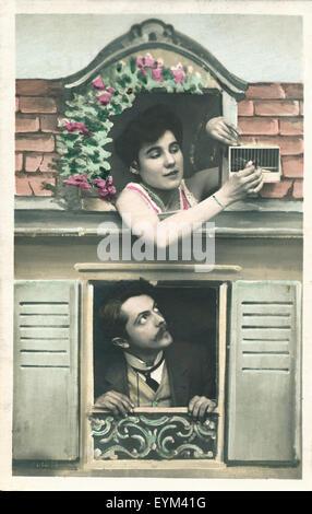 Carte postale, historiquement, façade, fenêtre, femme, oiseau, cage, lodger, regarder vers le haut, Banque D'Images