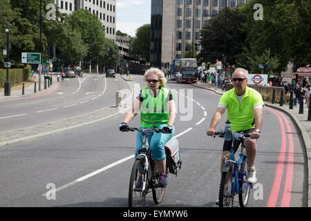 Tower Hill, London, UK, 1er août 2015, une famille de prendre part à la Prudential RideLondon FreeCycl Credit: ©Keith Larby/Alamy Live News