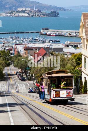 Un téléphérique descendant Hyde Street dans le centre-ville de San Francisco, USA