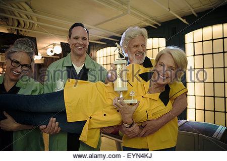 La tenue de l'équipe femme avec trophée en bowling Banque D'Images