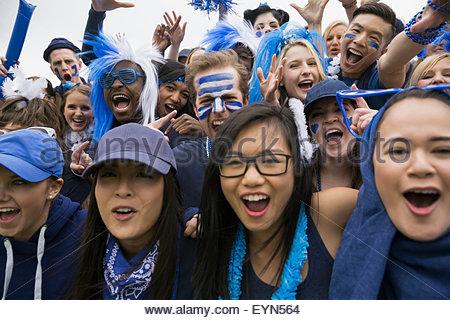 Portrait foule enthousiaste acclamant événement sportif en bleu Banque D'Images