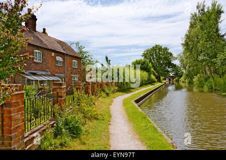 Vieille brique cottages le long de Birmingham et près de l'écluse 6 du canal Fazeley, Sutton Coldfield West Midlands Banque D'Images